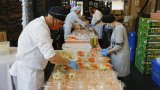 Хиляди доброволци и съседи приготвят всекидневно топла храна за над 30 000 семейства в нужда