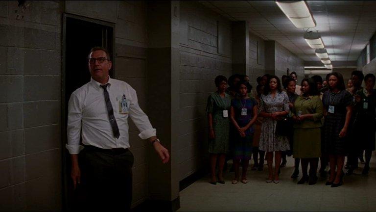 """Hidden Figures (2016)Платформа:HBO Go, Amazon PrimeНоминираният за три награди """"Оскар"""" филм на Тиодор Мелфи разказва истински куриозна история по действителен случай. В началото на 60-те години, когато НАСА прави първите си стъпки в космическите изследвания, в агенцията постъпват и немалко чернокожи жени, на които се налага да работят в сянка и сегрегирани от останалите бели работници. Някои от тях обаче се оказват особено талантливи математици, но вместо просто да използват гения си, те трябва първо да се преборят с жестокото отношение и предразсъдъците на колегите си. Така всъщност изпъква и целият абсурд на расизма. Вероятно нямаше и да чуем за тези имена в науката, ако този филм не беше решил да се фокусира върху тях."""