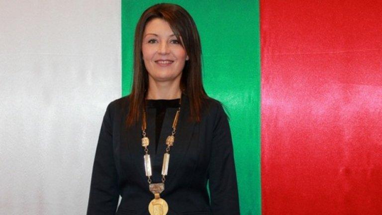 """Новият кмет Нина Ставрева, изигнат от БСП и подкрепен от ГЕРБ, изпълнява предизборните си обещания и сменя рока с фолклора и руските честушки. """"Сърцата на гражданите на Каварна искат промяна в стила на музиката"""""""