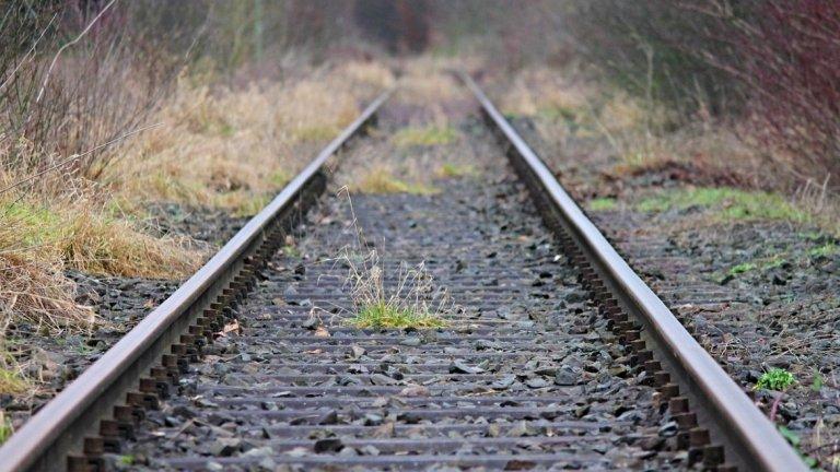 Влак блъсна кола в село Труд, има загинал