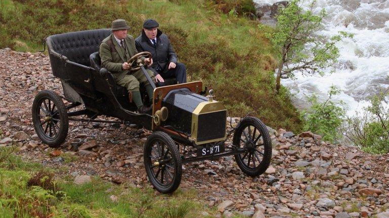 Ford Model T от 1908 г.  Иначе казано, колата, от която тръгва всичко. Model T се превръща в първия масово достъпен автомобил и в първия автомобил, слязъл от поточна линия за производство. Произвежда се от 1908 до 1927 г. и от него са продадени над 16 млн. бройки. Показателите му са били впечатляващи за времето си - 20 конски сили и максимална скорост от 70 км/ час.