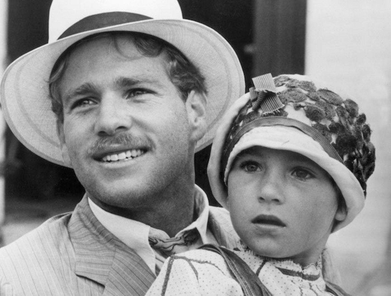 """Най-младият носител на """"Оскар"""" в основна категория е Тейтъм О`Нийл, която си партнира със своя баща Райън във филма """"Хартиена луна"""" от 1973. 10-годишната актриса (бъдеща съпруга на тенисиста Джон Макенроу) получава наградата за Най-добра поддържаща женска роля. Шърли Темпъл има """"Оскар"""" в несъществуващата вече """"детска"""" категория на 6-годишна възраст."""