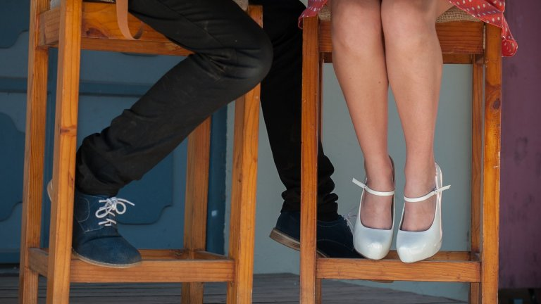 """Обувки тип """"Мери Джейн""""  Обувките тип """"Мери Джейн"""" са класически избор и много дами вече разполагат с такива, тъй като са елегантни и удобни. Обичайно те са с висок ток, но това лято виждаме и по-ниски варианти. Ключовият елемент е каишката, която при различните модели може да е на различно място, но пък е задължителна.   Идеални са най-вече за офиса, но са подходящи и за по-официални поводи, особено за вечерни събития, на които не искате да рискувате да измръзнете със сандали."""