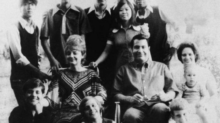 Преди да стане сектантски лидер, Джоунс е бил виден общественик и интеграционист, като дори е оглавявал Комисията за човешките права в Индианаполис през 1961 г