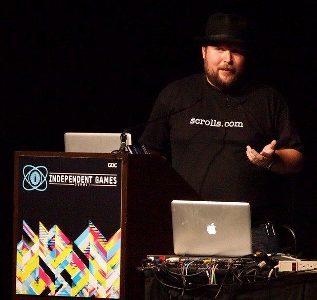 Гейм дизайнерът е роден в Стокхолм, като майка му е финландка, а баща му – швед. На 8 г. той създава първата си видеоигра, а Minecraft издава през 2011 г.