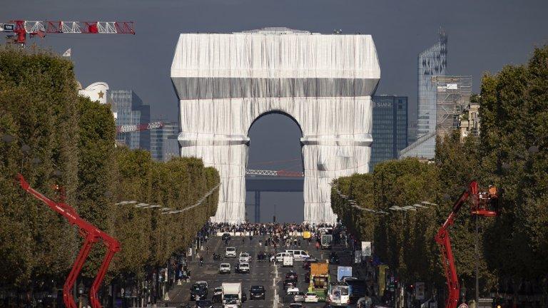 Като всяка творба, част за концептуалното изкуство, и опаковането на Триумфалната арка изглежда куриозно