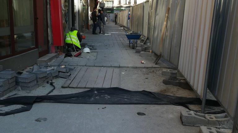 От няколко месеца, гледайки ремонтите по софийските улици, се питам: няма ли в България истинска десница – автентична или не, – която да защити десетките фалиращи дребни предприемачи с магазинчета зад тарабите на строежите?