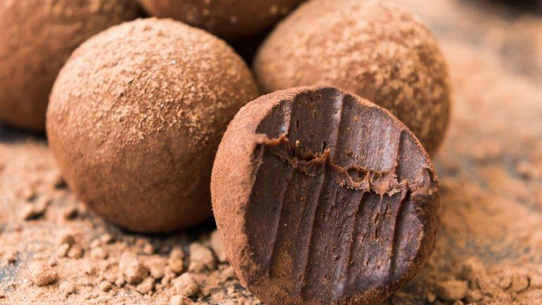 Шоколадови трюфели с картофиАко не вярвате, че картофите могат да се превърнат в неустоим десерт, време е да изпробвате тези трюфели. Просто към две чаши пюрирани гладко картофи прибавете една супена лъжица масло, една супена лъжица прясно мляко, две супени лъжици мед (или сироп от агаве), ванилова есенция и 200 грама разтопен шоколад по ваш вкус.  Омесете всичко до получаването на хомогенна смес, към която можете да прибавите и ядки или сушени плодове. След това оформяте топчета колкото орех и овалвате в какао, а защо не и в кокосови стърготини или захаросани пръчици.