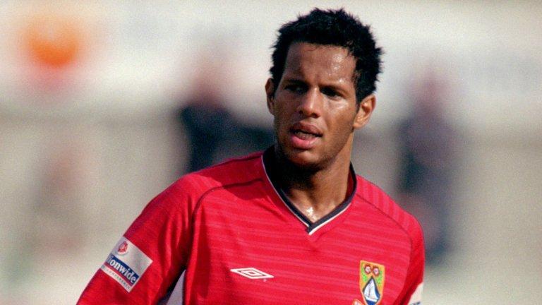 Джулиан Доу в цветовете на Моркаб - един от многото отбори в кратката му кариера, за който записва едва девет мача