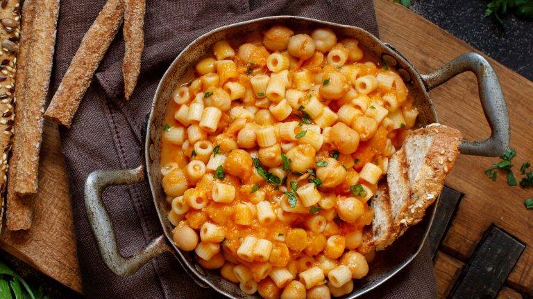 Диталини с нахут и морковиДиталините са вид паста, която прилича на много къси малки макарони. Заради формата си си вървят прекрасно с плътни, тежки сосове, подходящи за студените есенни и зимни вечери. Такъв е и сосът с нахут и моркови, който освен всичко друго се приготвя и невероятно лесно.   В голям дълбок тиган запържете малка глава лук, стрък целина и 5-6 скилидки чесън, накълцани на ситно. След това добавяте вътре една консерва нахут от 400 грама, чаша вода, две лъжици доматено пюре и два моркова, нарязани на кубчета. Гответе до пълно омекване на нахута и морковите, след което прибавете сварените диталини, разбъркайте и сервирайте.
