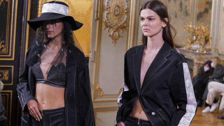 Един по-различен деним През зимата на 2020-а и пролетта на 2021 г. ще е модерен един малко по-различен деним. Дънковите облекла вече са в тъмен, стилен цвят и задължително разнообразени с цветни шевове и детайли. Самият факт, че някои от топ дизайнерите в Париж показват дрехи от дънков плат е интересен, защото обикновено рядко виждаме такива. Пандемията обаче накара редица брандове да преосмислят облеклата, които предлагат, и да се върнат към по-обикновени платове и продукти. Е, не съвсем обикновени де.