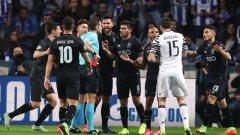 Решителният момент от мача беше изгонването на Алекс Тейеш още в 27-ата минута