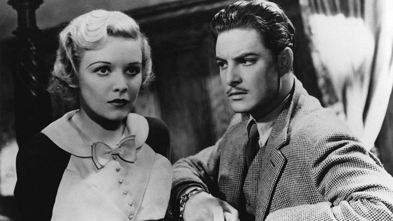 """""""39-те стъпала"""" (The 39 steps)Жанр:мистерия, трилър Година:1935 Ако не сте гледали класическата ноар мистерия на Хичкок, която бетонира мястото му в историята на световното кино, ето добър момент да го направите. """"39-те стъпала"""" разказва за посещението на канадеца Ричърд Хени (Робърт Донат) в Лондон, където той се запознава с красивата и мистична Анабела Смит, забъркала се с тайните служби. Положението обаче съвсем се оплита, когато през нощта тя е убита в апартамента му, а Хени тръгва по стъпките на извършителите, докато той самият постепенно не се превръща в беглец."""