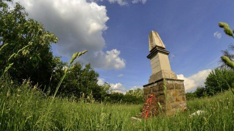 Отдавна изсъхнал венец лежи в основата на единствения света паметник на загинали извън родината си финландски войни.