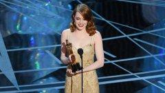 """Ема Стоун на сцената със своя """"Оскар"""" за най-добра женска роля"""