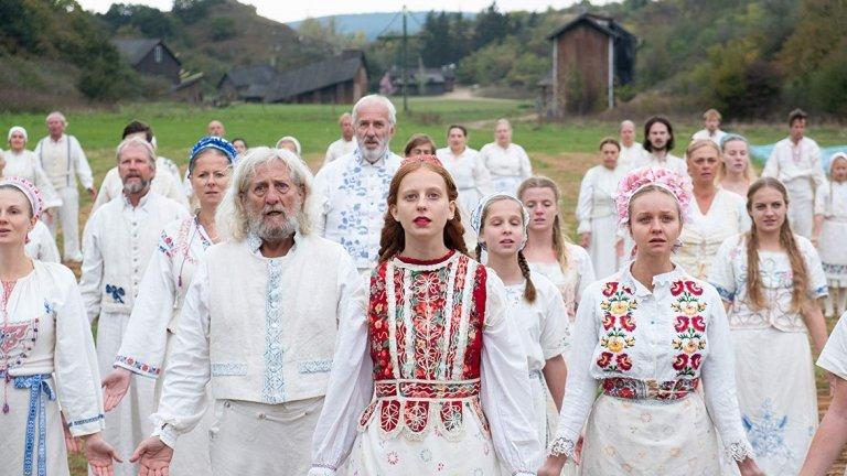 """""""Midsommar""""   Самото име на филма подсказва, че тук ще се натъкнете на хорър в комбинация с мистерия и поглед към окултните науки. Празникът на лятното слънцестоене заема специално място в шведската култура, а в """"Midsommar"""" е повод една млада студентка да се опита да се отърси от трагедията, разтърсила семейството й. Така тя се отправя към затворено в себе си шведско селище, където езичници живеят според свои собствени правила, а обичаите им се оказват меко казано шокиращи.   """"Midsommar"""" не е филм за хората, които под """"хорър"""" разбират група американски студенти, които слизат в мазето, въпреки че цялата интуиция крещи да не го правят. Напротив, режисьорът Ари Астер стиска здраво за гърлото, не спестява нищо от кошмарната си история и ви държи без дъх до финалните надписи. Не е за хора със слаби сърца!"""