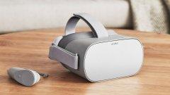 Oculus Go   Oculus Go е първата система за виртуална реалност, която създава пълноценно усещане за потапяне в изкуствената среда, без да има нужда от допълнителен скъп гейминг-компютър. Устройството ползва LCD дисплей с резолюция 2560х1440 пиксела, с по-добра разделителна способност от Oculus Rift. Вградената аудиосистема във визьора допринася създава озвучаване, което е много добре регулирано спрямо слуха - може да убеди всеки, че зад гърба му се крие истинско зомби.   Oculus Go се появи на пазара с над 1000 опции за преживявания във виртуална среда - от приложения за медитация в пълен покой до симулация на екстремни обиколки с увеселително влакче. Цялото устройство тежи под 500 грама и представлява огромна крачка напред по пътя на VR от нишово забавление за гейминг общността към масовата публика.