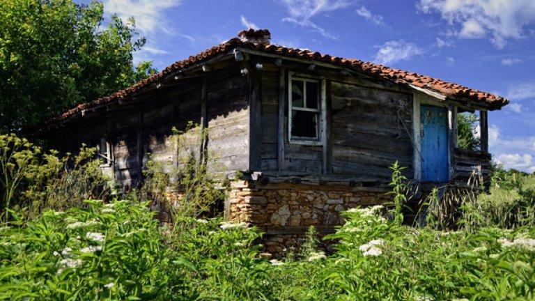 Въпреки че село Бръшлян е архитектурен резерват, голяма част от къщите му попадат извън програмата за реставрация и унилите им останки очакват своя край под палещите лъчи на слънцето