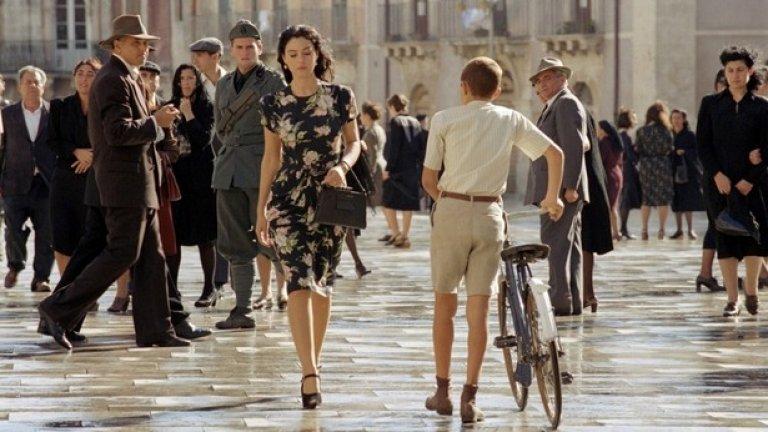 """""""Малена"""" (Malena, 2000)  Филмът """"Малена"""" заслужава челното място в класацията. Достатъчно е Моника Белучи да се появи на екрана и получавате секс. Няма значение дали е облечена или не. Всичко в тази жена, дори дрехите, които носи, е еротика. Италия, младежи, прелестна жена, сексуално съзряване и за цвят обичайната католическа вина на италианците - няма какво повече да се каже... Дори думите звучат еротично, какво остава, когато им се придаде визуален образ."""