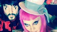 С розова перука, дълги раирани чорапи и къса жълта рокля, Мадона беше маскирана като клоун за специалното си шоу Tears of a Clown в Мелбърн