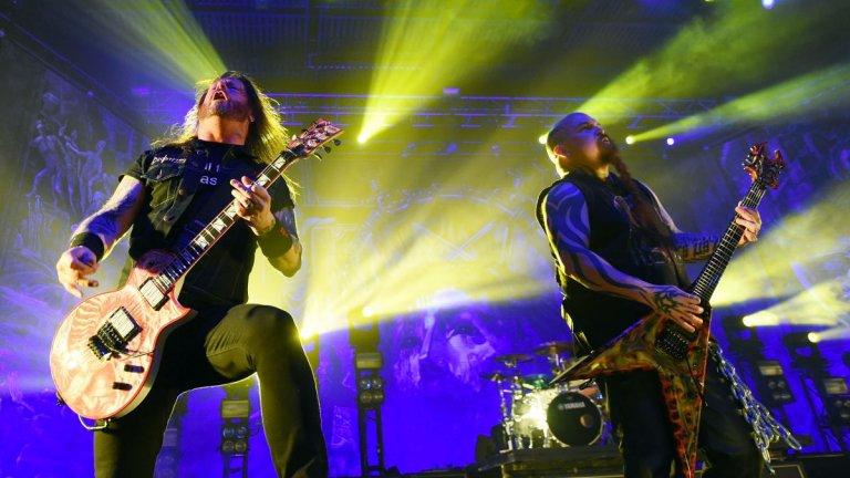 """Slayer – Diabolus In Musica (1998)  Друга банда от голямата четворка на траша се издъни пет години по-рано. Когато Slayer пусна Diabolus In Musica, колективната реакция беше в стил """"Какво, по дяволите, са си мислели тези?"""". Повлияните от ню метъла ритми не звучаха на място в албум на Slayer и самите музиканти днес се разкайват за опита си да следват някакви модерни тогава тенденции. """"Това определено беше най-мрачният ми период като музикант"""", признава китаристът Кери Кинг.  Той не крие и че просто не е обърнал достатъчно внимание на албума, защото се е чувствал възмутен от нивото на популярната по онова време музика."""