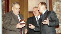 Режисьорът получава часовник от президента Путин