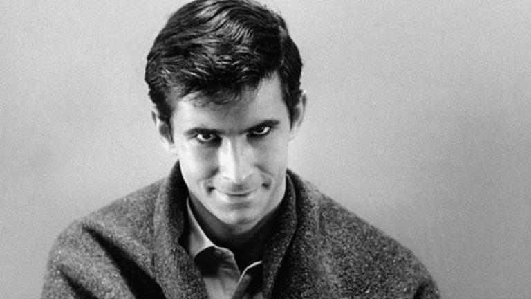 """""""Психо"""" Оценка: 97 от 100 Шедьовърът на Алфред Хичкок е всичко, от което един филм на ужасите има нужда, а сценарият е базиран на едноименния роман на Робърт Блох. Филмът започва със срещата между секретарката Мериън Крейн (Джанет Лий), която се крие в един мотел с откраднатите пари от работодателя си, и собственика на мотела Норман Бейтс (Антъни Пъркинс). След това започват серия от загадъчни убийства, които държат зрителя в постоянно напрежение. И до днес """"Психо"""" е пример за магията на киното и как без да показваш всичко на зрителя, а само с намек и умело използване на операторско майсторство и монтаж можеш да оставиш гледащия сам да запълни празнините."""