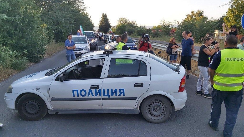 """Снощи автошествието от Стара Загора не бе допуснато да блокира магистралата, но блокираха пътя към Хасково на 3 км от """"Тракия"""""""