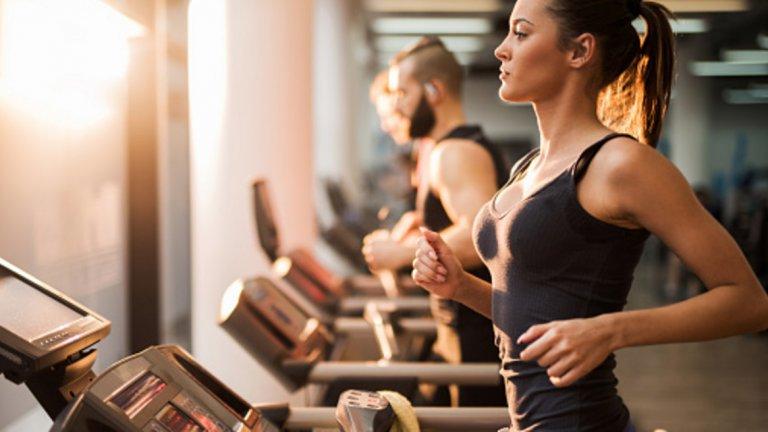 3. Осланяте се само на кардио тренировки Кардио тренировката е чудесен начин да подобрите работата на сърцето и белите дробове и може да спомогне значително в процеса на горене на мазнини, но не е най-ефективният метод. Комбинирането на кардио и силова тренировка може да ускори този процес и постигането на желаните резултати с до 100%. Силовата тренировка е чудесен начин чрез който може да ускорите метаболизма си. Всъщност колко калории ще горите през деня, зависи до голяма степен от количеството мускулна маса, която притежавате. Колкото повече мускулна маса имате, толкова повече калории ще горите в състояние на покой (когато не се извършва физическа дейност). От друга страна, осланянето изцяло на кардио тренировки, ще изгори мазнини в краткосрочен план, но и значително количество мускулна маса, което ще забави метаболизма и съответно постигането и запазването на дългосрочни резултати.