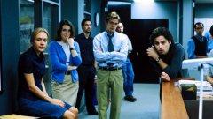"""""""Падение: Историята на Стивън Глас"""", (Shattered Glass, 2003)  Филмът е базиран на действителен случай: Стивън Глас прави шеметна кариера през 90-те години на миналия век с репортажите си в авторитетното списание The New Republic. Докато не става ясно, че знаменитите му истории са били напълно измислени - от цитатите, през източниците, та до цели събития.  Вижте останалите заглавия в галерията"""