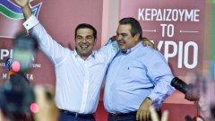 """Бившият и бъдещ премиер на Гърция Алексис Ципрас се прегръща в изборната нощ с Панос Каменос - лидер на националитическата партия """"Независими гърци"""", вероятни бъдещи коалиционни партньори на СИРИЗА"""