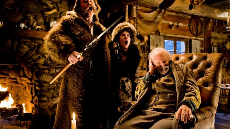 """Действието, ситуирано в една люта зима на 1877 година, отвежда зрителите в Галантерията на Мини, където група непознати се събират с цел да прекарат нощта там. От ловец на глави до търсен убиец, персонажите са разнородни, но само един е убиец.    """"Омразната осморка"""" е чисто кино. Мистерия, пречупена през свирепия, остър поглед на Тарантино, в една от най-добрите му форми."""