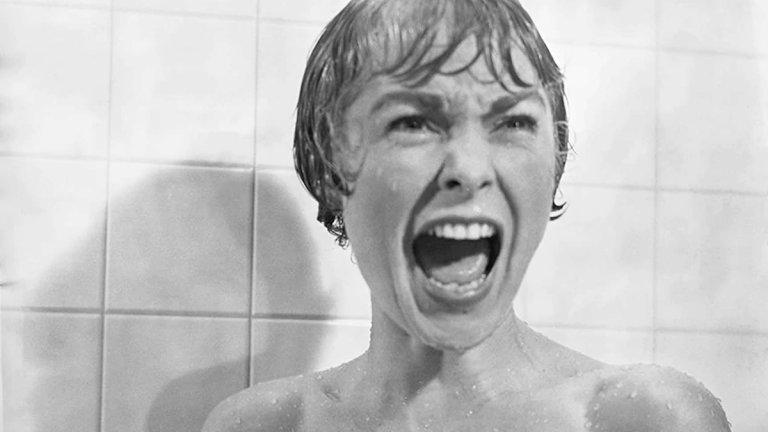 """Джанет Лий в """"Психо""""  Една от най-легендарните сцени във филма показва как героинята на Лий е убита с нож, докато е под душа. Режисьорът Алфред Хичкок майсторски - чрез избрани ъгли, монтаж и музика - успява да остави въздействащ спомен в съзнанията на зрителите, при това без дори да показва реално момент на наръгване.  Сцената, снимана в продължение на седем дни, обаче оставя спомен и на Лий. Актрисата е разказвала как едва след като вижда крайния вариант осъзнава колко """"уязвим и беззащитен"""" е човек под душа. Самата тя спира да си взима душове и ги заменя с вани, а освен това започва да заключва всички врати и прозорци, когато се къпе. Оставя само вратата на банята отворена, за да може да наблюдава дали някой не я дебне."""