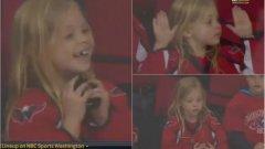 Хокеист подари шайба на малко момиченце, тя го дари с най-чаровната усмивка (видео)