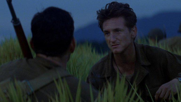 """Камерата на Малик гали люшканата от вятъра трева, пътува под дърветата, плува по водата.  """"Тънка червена линия"""" е най-метафизичния голям филм за войната. Малик разказва в картини за конфликта и неразривната връзка между човека и природата.   Филмът впечатлява с ансамблов актьорски състав, събрал някои от най-големите и талантливи изпълнители – от Шон Пен до Ник Нолти. През тях Малик търси отговори в ухаещата на смърт и изплъзваща се истина джунгла.   """"Тънка червена линия"""" е за войната на фронта и конфликта в съзнанието. Всички трябва да сме готови за тази битка, а Малик я превръща в естетическо откровение и тъжен празник за сетивата."""