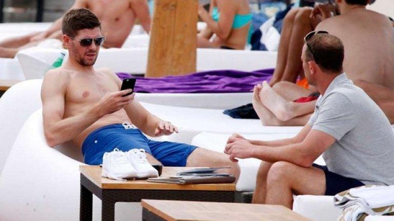 Стивън Джерард се наслаждава на слънцето, след като напусна Ливърпул