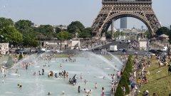 Париж превърна фонтаните на площад Трокадеро в басейн заради горещините