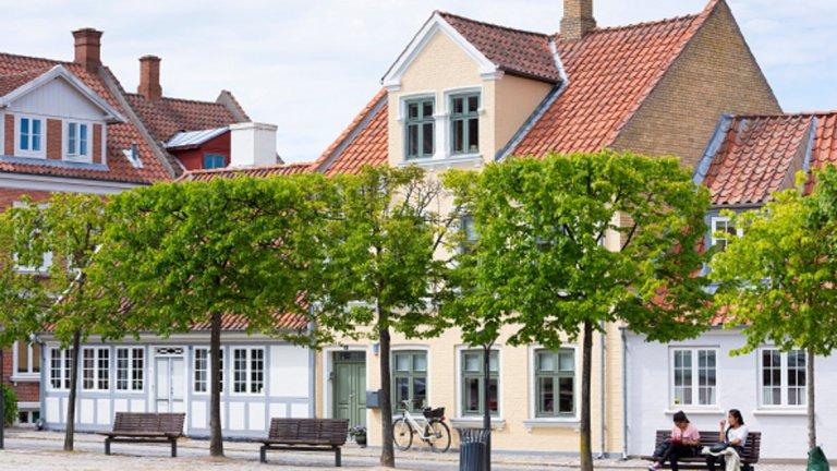 Оденсе е град в централна Дания и дом на Ханс Кристиан Андересен, роден там през далечната 1805 година. Струва си да се разгледат музеите на града и да се посетят малките кафенета и ресторанти по улиците му.