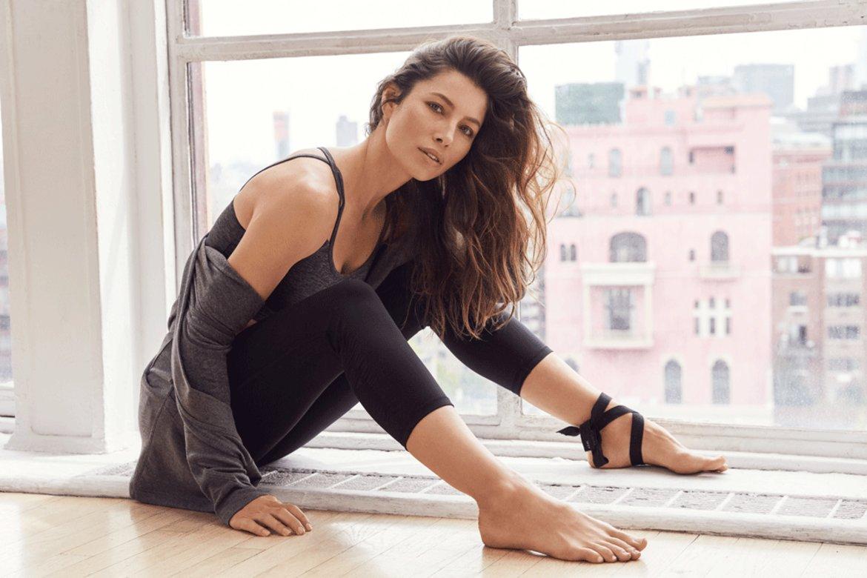 Родената на 3 март 1982 г. Джесика се е занимавала с футбол (истински такъв, а не американски) и е тренирала гимнастика, когато е била ученичка. До ден-днешен поддържа фигурата си с диети, фитнес и йога.