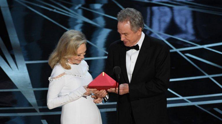 """Уорън Бийти на """"Оскар""""-и 2017-а   Легендарните Фей Дънауей и Уорън Бийти излизат да връчат може би най-важната статуетка - тази за най-добър филм. Отварят плика и обявяват """"La La Land"""" за победител, а филмът и без това е сред фаворитите на вечерта.  Проблемът е, че мюзикълът губи точно в тази категория, а обявяването му е сериозна грешка, за която все още не е напълно ясно на какво се дължи. В крайна сметка """"Лунна светлина"""" отнася заветния """"Оскар"""", а тези, които обявяват наградите, най-вероятно вече четат по три пъти написаното на листа пред тях."""