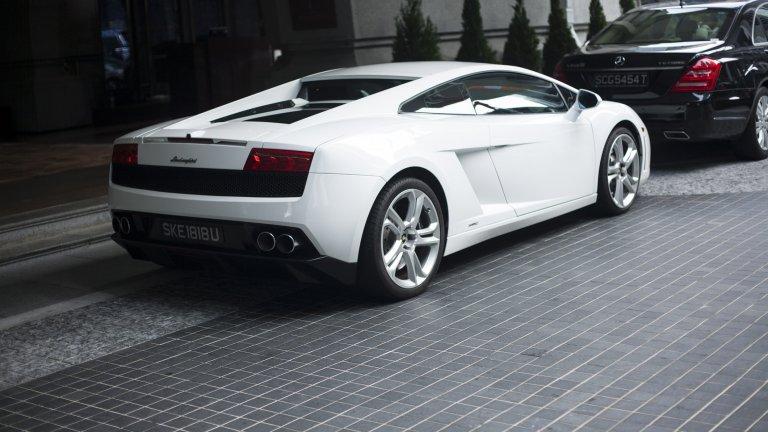 Lamborghini Diablo Всички мъки на този свят могат да бъдат удавени в тази кола. Diablo е ултимативният дявол: той е първата кола на марката, която стига заветните 200км/ ч. Дяволът нежно заема мястото на своя предшественик Countach със своя деветдесетарски стил, роден от гения на Марчело Гандини. Суперавтомобилът развива 492 конски сили.