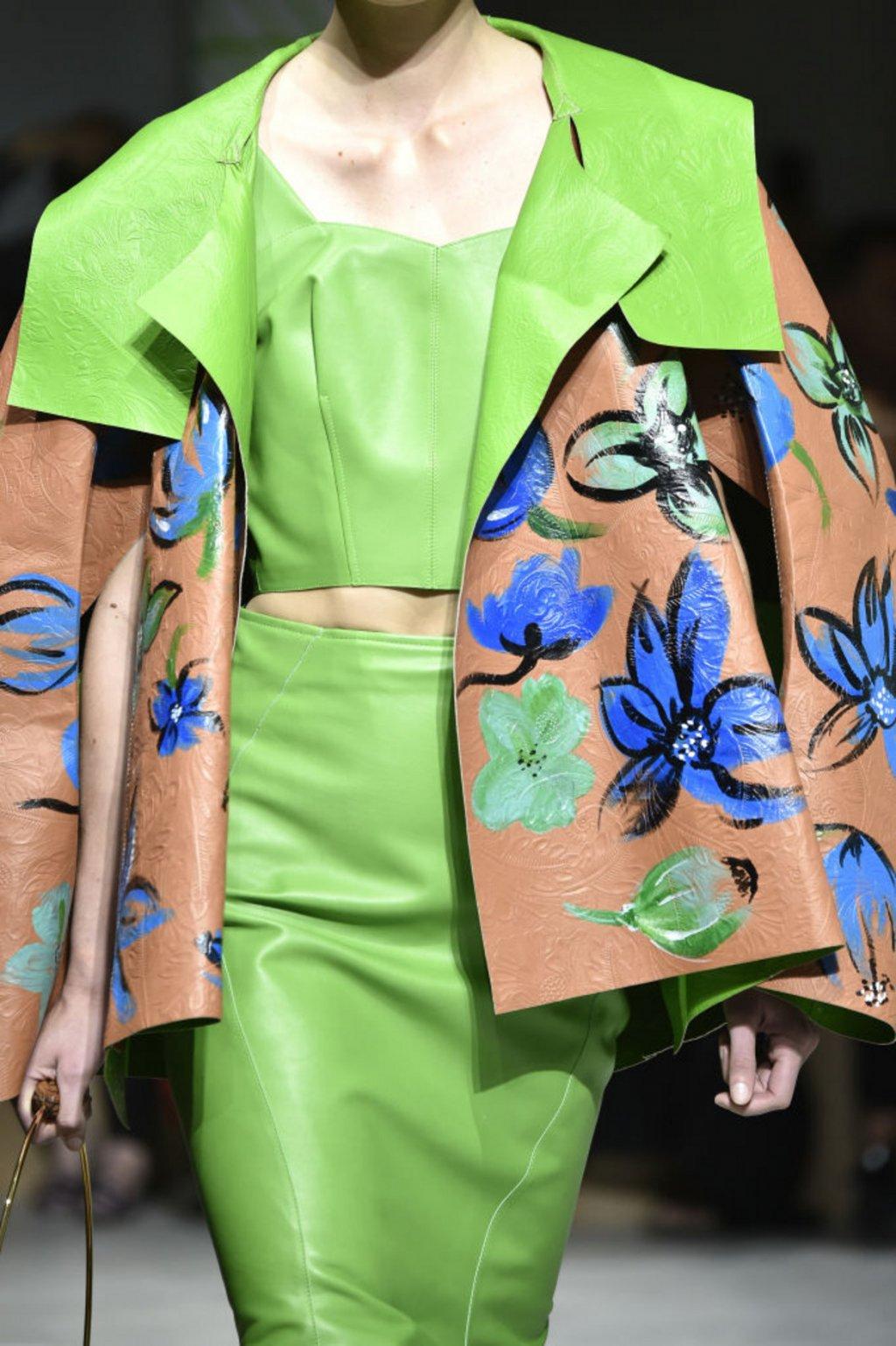 Кожата беше забелязана на пролетните модни подиуми от Ню Йорк до Париж под всякаква форма - от цветни якета до поли и панталони.   На снимката: модел на Marni