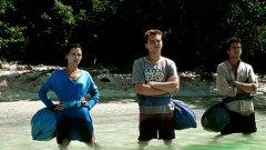 The Beach (2000)  Младият американец Ричард (Леонардо ДиКаприо) тръгва на пътешествие с раница на гърба. В Тайланд той се запознава с двама французи. Тримата достигат до тайнствен остров и най-прекрасния плаж на света. Красивият остров крие мрачни тайни и опасности. Ричард и приятелите му осъзнават, че рисковете, изненадите и неочакваните обрати са много повече от приятните мигове.