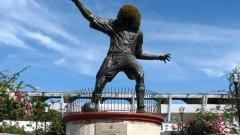 Ако попаднете в Санта Марта, Колумбия и сте с децата, внимавайте. Ще ги стресирате за цял живот, ако видят тази статуя. Разгледайте в галерията някои от най-хубавите и най-грозните футболни статуи. Започваме със сполучливите.