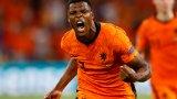 Нидерландия се спаси от срама пет минути преди края