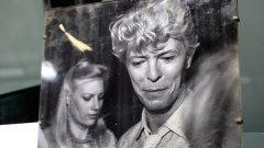 Едва няколко косъмчета от косата на Дейвид Боуи са способни да запалят колекционерите - и да стигнат цена от 18 хил. долара