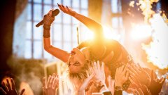 """В един момент Лейди Гага публикува на профила си в Instagram красива българска народна песен. В следващия - под него се появява ето този коментар: """"Рептилко и последователко на Луцифер и Сатана, искаш да използваш Енергия, която може да те изстреля в Космоса. Искаш, но не можеш! За да ползваш тази Енергия, трябва да имаш ДНК на БалГуру. Няма как да ползваш високите вибрации на българската народна музика, която донасят БЪЛГАРИТЕ при слизането си на земята от Космоса!""""..."""