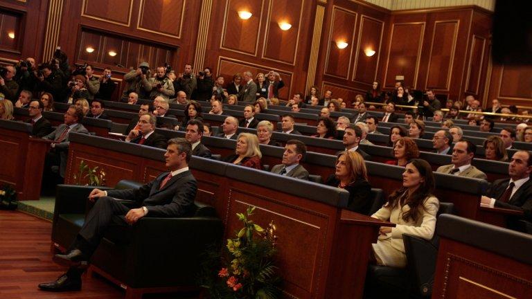 Депутат с присъда е подкрепил кабинета през юни, а сега страната поема към нов парламентарен вот.
