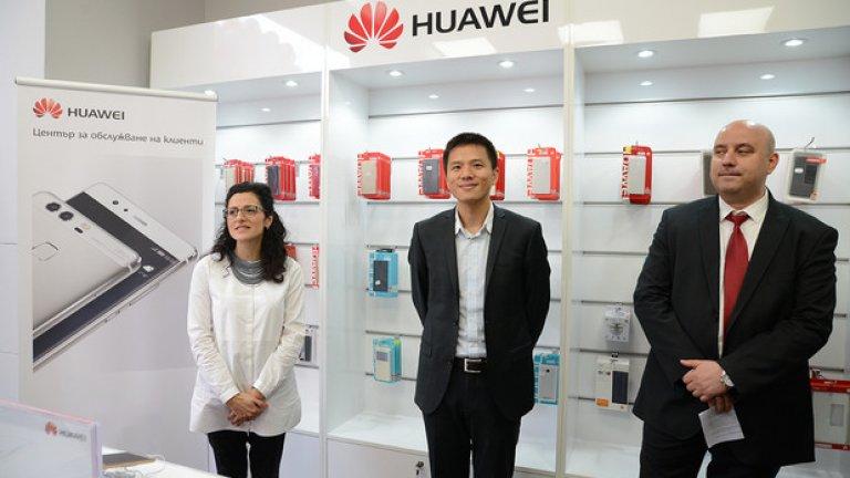 Кристина Щерева, маркетинг мениджър в Huawei България и Македония и Джеферсън Джан, директор мобилни устройства и Петър Карапетров, мениджър сервизно обслужване