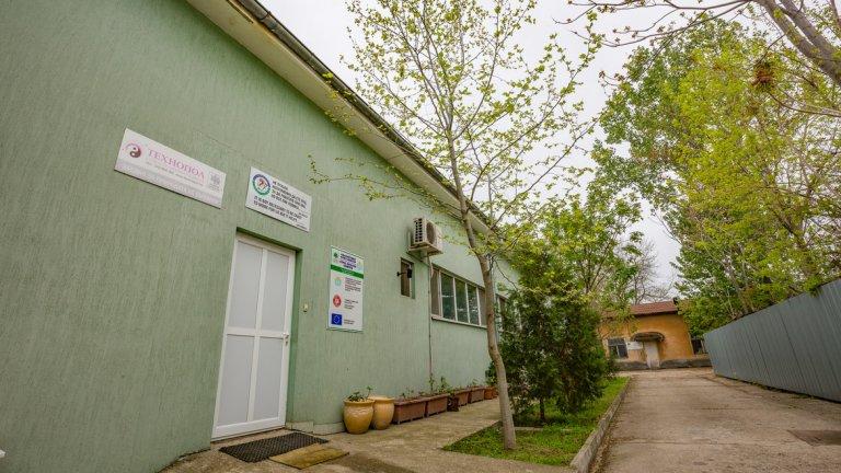 """От началото на 90-те години спасителното звено за пострадали диви видове към организацията """"Зелени Балкани"""" е обособено в няколко от дарените сгради на бившия ветеринарен техникум в града."""